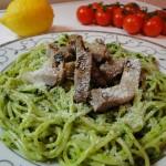 spaghetti_s_magdanozeno_pesto_i_svinsko_file_na_lenti
