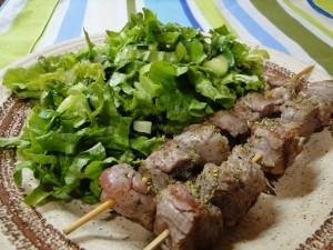 agneshko-suvlaki-sas-zelena-salata