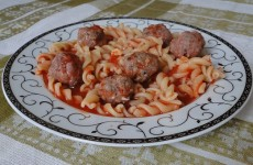 паста-с-доматен-сос-и-кюфтенца