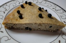 torta_s_aronia_izvara_i_kafe