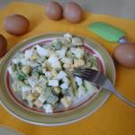 salata_s_avokado_yaitsa_i_luk